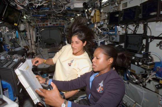 Astronauts_Joan_Higginbotham_(STS-116)_and_Sunita_Williams_(Expedition_14)_on_the_International_Space_Station